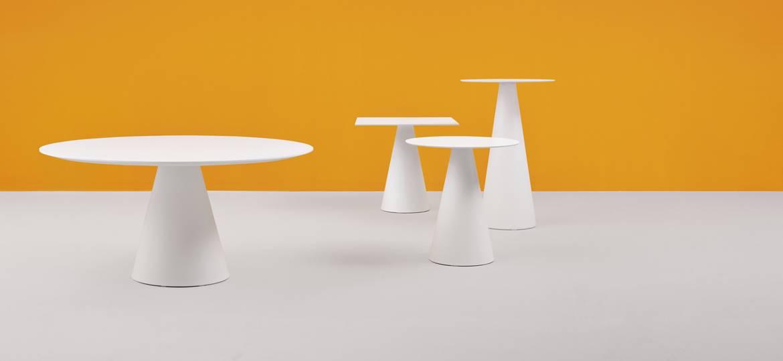 sedie e tavol disposizione per sala ristorante