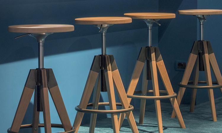 Sgabello in legno arki stool dal look industriale dsedute for Sgabelli bar legno