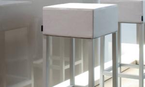 Sgabello imbottito con struttura in acciaio Cube