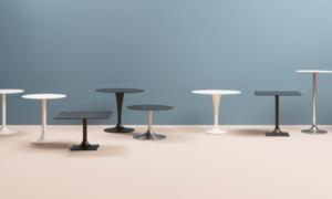 Tavolo verniciato con base quadrata