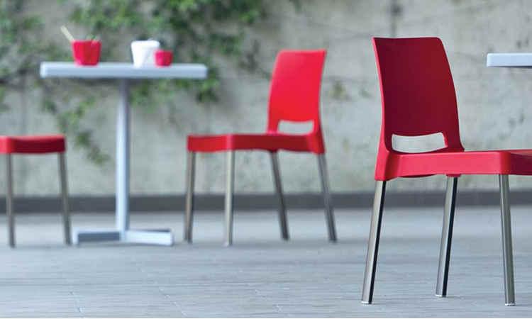 Sedia impilabile con seduta e schienale monoscocca modello Joi