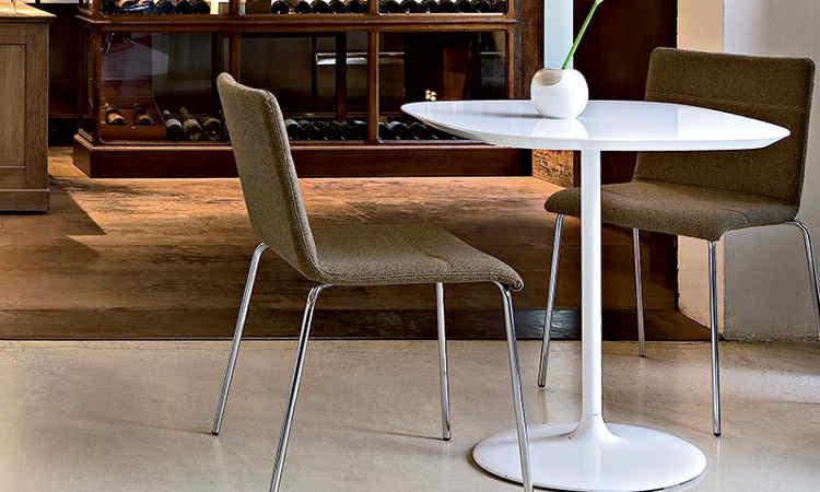 Tavolo moderno a base centrale per interni modello Malena