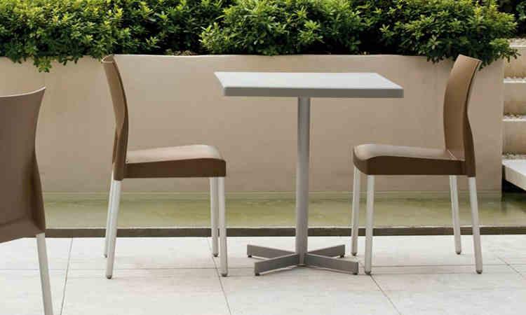 Tavolo per l'arredo bar modello PLASTIC-X