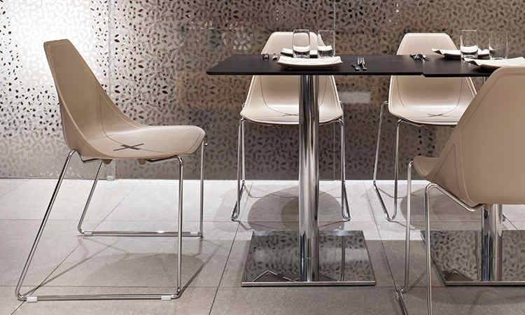 Sedia X Chair piedi a slitta per arredare ristoranti