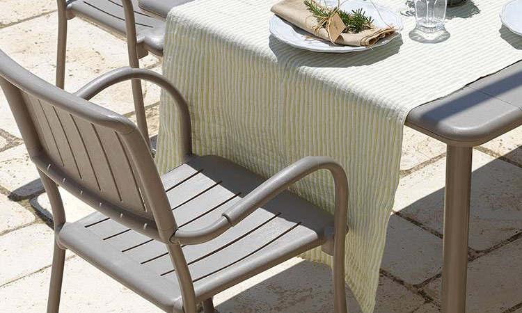 Musa, sedia con braccioli, impilabile, per l'arredo outdoor