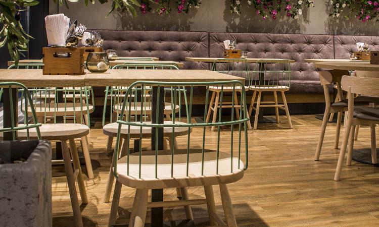 Strike, sedia ristorante con braccioli in legno e acciaio