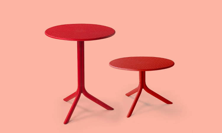 Step, tavolo tondo a tre gambe per l'arredo outdoor